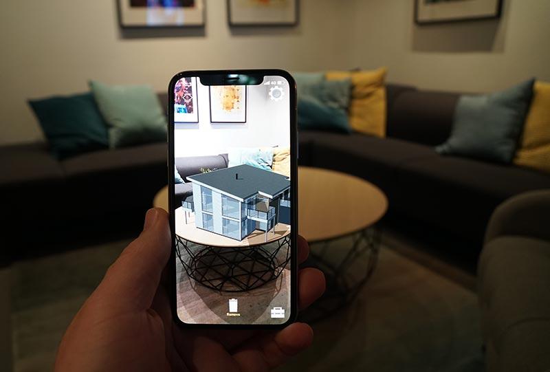 """Holopipe ist ein Content Management System (CMS) für Hologramme. Mittels einer App verwandelt Holopipe 3D-Inhalte binnen Sekunden in ein Hologramm. Nutzer können mit ihren Hologrammen in der realen Welt interagieren, die Ergebnisse auf ihrem Smartphone betrachten und das Ergebnis sogar mit anderen teilen. Wer Holopipe für seine eigenen 3D-Konstruktionen benutzen möchte, kann die Dateien auf die Holopipe-Internetseite hochladen.  Diese Augmented Reality (AR)-Technologie ist ein neuartiges Tool für Architekten, Bauingenieure, Bildhauer, 3D-Designer, 3D-Künstler, Game-Designer, Ingenieure und Produktentwickler, um ihre Arbeiten zu visualisieren und zu kommunizieren. Holopipe kann neben zahlreichen Anwendungsmöglichkeiten auch vielseitig in der Marketing-Kommunikation eingesetzt werden. Die Holopipe-Technologie wurde bisher erfolgreich im norwegischen Energiesektor eingesetzt und ist ab sofort für jeden verfügbar.  Wie funktioniert Holopipe  Die App steht kostenlos zur Verfügung und kann ohne Registrierung benutzt werden, um frei verfügbare 3D-Modelle in Hologramme zu verwandeln. Um eigenen Content hochzuladen, muss der User sich auf der Holopipe Website anmelden. Gegen Zahlung einer Gebühr können dann 3-D-Modelle hochgeladen und daraus sekundenschnell Hologramme in Full 3D erstellt werden. Die Hologramme lassen sich dann auf dem Smartphone oder Tablet betrachten, in Aufnahmen aus der realen Umwelt integrieren und das Ergebnis anschließend mit anderen teilen.  Technologie und Eigenschaften  Jo Jørgen Stordal, CEO von Pointmedia, fasst die Eigenschaften von Holopipe wie folgt zusammen: """"Holopipe ist eine Sharing Plattform für Ihr Smartphone, die Ihren gesamten Content in Hologramme verwandelt."""" Das Entwicklerteam von Holopipe hat ein neues holografisches Format entwickelt, das .holo heißt. Wenn ein 3D-Modell auf die Holopipe-Plattform hochgeladen wird, verwandelt die Anwendung es automatisch in das einzigartige Holo-Format. Holopipe ist eine AR-Technologie, bildet die ph"""