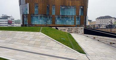 Hinter der außergewöhnlichen Fassade verbergen sich auf insgesamt vier Etagen ein bekanntes Mode-Label und der Verwaltungskomplex. Die Geschäftsbrücke verbindet dabei das Areal Döppersberg mit der nahegelegenen Fußgängerzone. Bei der Planung des gesamten Areals kam die BIM-Methode zum Einsatz. Dabei hat die TePmA GmbH die gesamte technische Gebäudeausrüstung von der Planung bis hin zur Umsetzung der Pavillons geleistet. Bildquelle: Rehms Building Technology, Borken