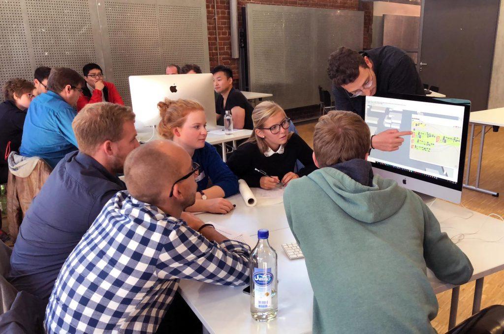 An der FH Münster gibt es seit zwei Jahren die interdisziplinäre Lehrveranstaltung BIM. Studierende der Fachbereiche Bauingenieurwesen, Energie – Gebäude – Umwelt und Architektur arbeiten gemeinsam an digitalen, virtuellen Gebäudemodellen. Foto: FH Münster/MSA