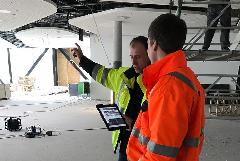 """""""BIM to Field"""": Bauleiter können das virtuelle Modell auf dem Tablet bei sich tragen und alle Punkte in 3D mit den verschiedenen Gewerken besprechen. Bild: Wolff & Müller"""