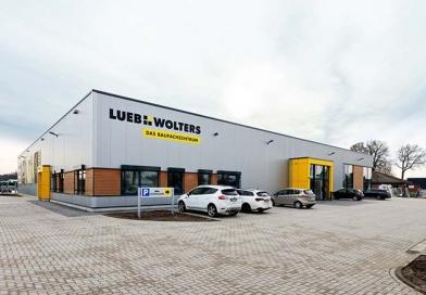 Ein neues Baufachzentrum nebst Dispositionsgebäude sowie eine Lager- und Logistikhalle realisierte Brüninghoff für Lueb + Wolters im westfälischen Borken. Foto: Brüninghoff