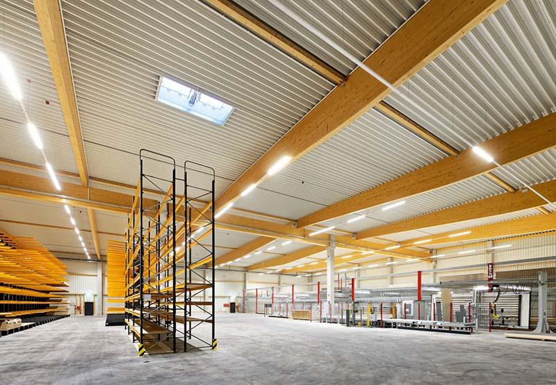Für die Primärkonstruktion der Lager- und Logistikhalle kamen Brettschichtholzbinder und Stahlbetonstützen zum Einsatz. Foto: Brüninghoff