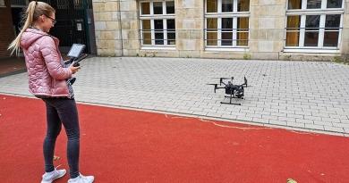 Auch Drohnen kommen bei BIM zum Einsatz, hier durch Leonie Temme vom Fachbereich Bauingenieurwesen (BAU). Foto: Stadt Münster/Markus Göpel